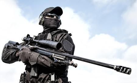 Francotirador de grupo táctico de la policía con rifle en manos
