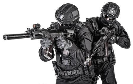 Combattenti della squadra d'élite della polizia che si proteggono a vicenda Archivio Fotografico