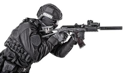 Moderner Armeesoldat, Polizei-SWAT-Mitglied auf Weiß Standard-Bild