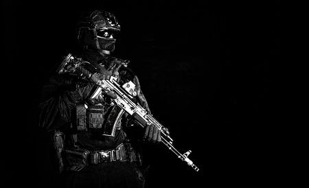 Zurückhaltendes Porträt des bewaffneten Elitesoldaten