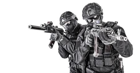Combatientes del escuadrón de élite de la policía que se protegen entre sí Foto de archivo