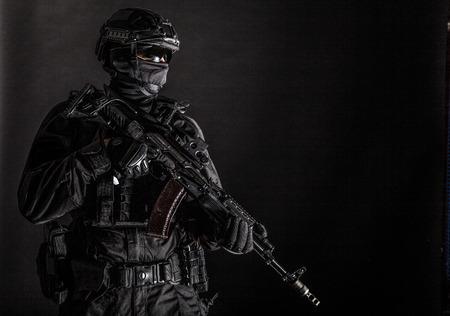 Miembro del escuadrón de policía de élite en munición táctica