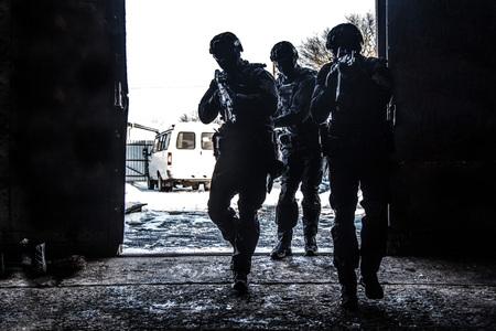 Grupo de operaciones especiales de la policía violando la puerta