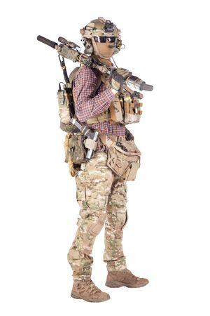 Softball-Spieler mit militärischem Studio-Shooting