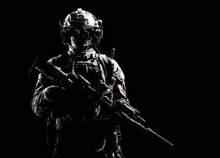 Tir en studio discret du tireur des forces spéciales de l'armée