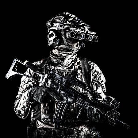 Marinereiter mit Gewehr und Nachtsichtbrille Standard-Bild