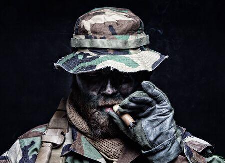 Soldat du commando en boonie hat smoking cigare