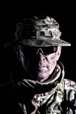 Portrait de studio de combattant commando âgé sur fond noir