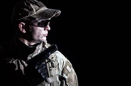 Retrato, de, soldado del ejército, armado, servicio armado, pistola Foto de archivo