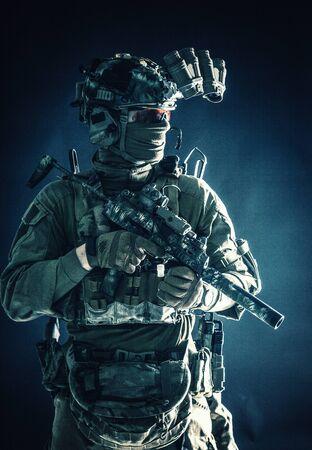 Anti-Terror-Trupp ausgerüsteter Kampfsoldat in Dunkelheit Standard-Bild