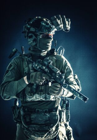 Escuadrón antiterrorista equipado soldado de combate en la oscuridad Foto de archivo