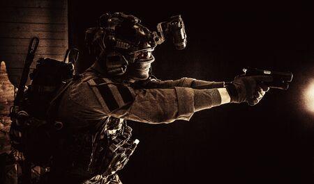 Kampfsoldat der Terroristengruppe, der mit der Pistole zielt