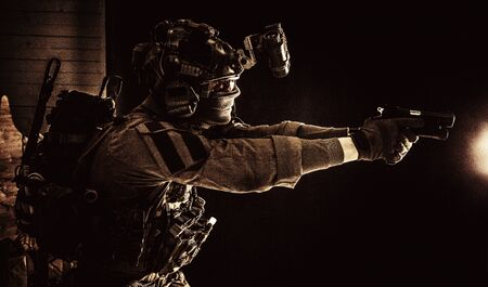 Soldato combattente della squadra antiterroristica che mira alla pistola