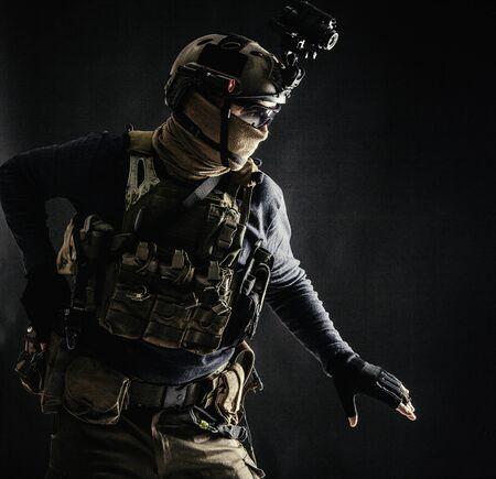 Soldado de infantería del ejército moviéndose en la oscuridad con precaución