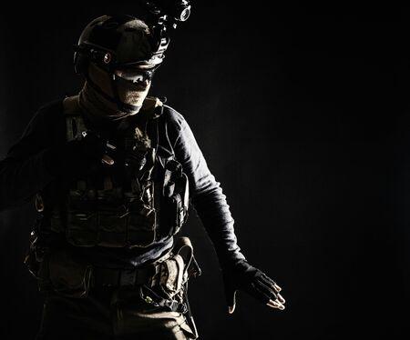 Fantassin de l'armée se déplaçant dans l'obscurité avec prudence Banque d'images