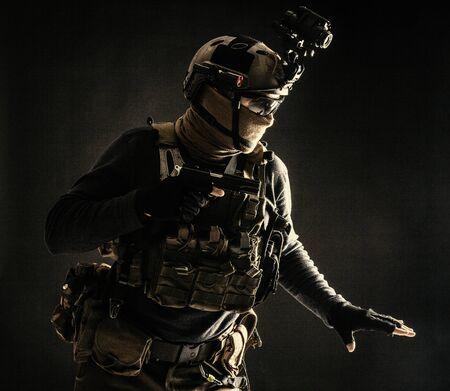 Soldado de infantería del ejército moviéndose en la oscuridad con precaución Foto de archivo