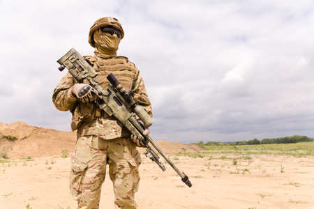 Equipped and armed special forces soldie in the desert, copy space fo text. Stockfoto