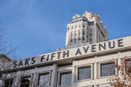 Saks Fifth Avenue en San Francisco mostrando el nombre y detrás está uno de los rascacielos del centro de la ciudad y Union Square. Editorial