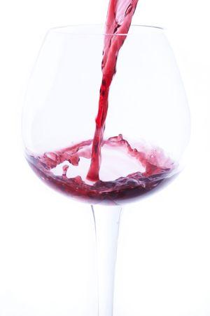 유리에 와인을 붓는다.