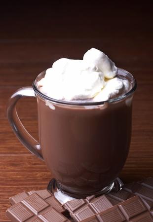 chocolate caliente: Una taza de chocolate caliente se sienta en una mesa. Foto de archivo