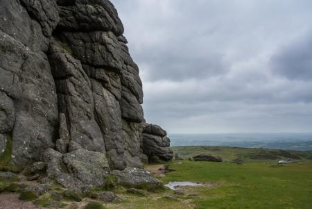 ruggedness: Rocce Haytor piedi audace guardando oltre Dartmoor, Devon