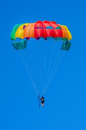 1 人の男性が青い空にパラセー リング