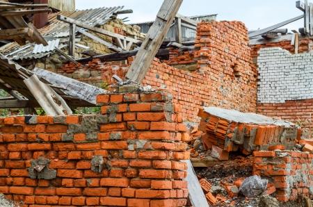 危機の時間に赤レンガの建設産業を破壊