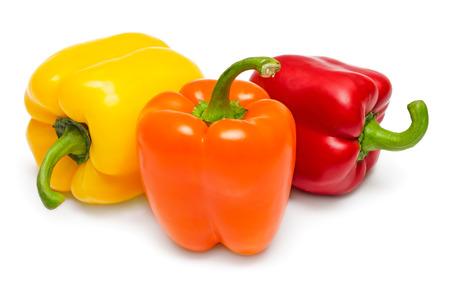 熟した赤黄色とオレンジ色のピーマンを白で隔離されます。