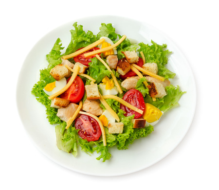 白い背景上に分離されて古典的なチキンシーザー サラダ