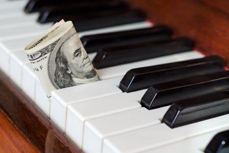 100 ドル札は、ピアノで立ち往生。フランクリンを見詰める。音楽から得る。