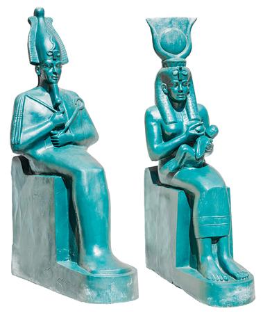 horus: Estatua de la antigua egipto deidades Osiris e Isis con Horus aislados sobre fondo blanco