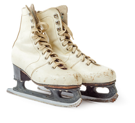 patinaje: Zapatos viejos y cuchillas de patinaje sobre hielo blancos aislados en fondo blanco - imagen de stock. patines de hielo de la vendimia.