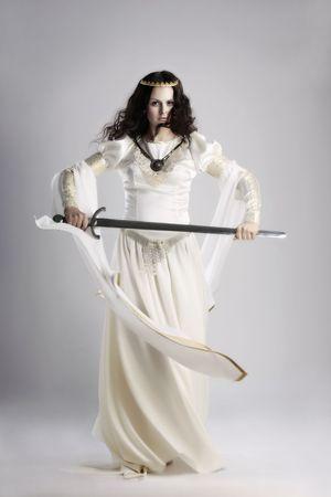 abito medievale: Una signora con la spada in costumi medievali tradizionali