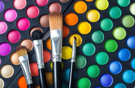 化粧ブラシとアイシャドウのメイクアップ 写真素材