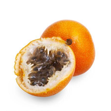 couper des fruits de grenadille sur un fond blanc.