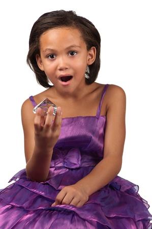 Una joven deja caer su mandíbula mientras temor que sostiene un diamante grande en la mano Foto de archivo - 17279070
