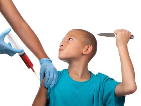inyeccion intramuscular: Un niño amenaza con apuñalar a un trabajador de la salud con un cuchillo si la aguja penetra la piel.