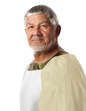 Un hombre en ropa antigua se asemeja a un emperador de los días pasados.