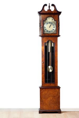 reloj de pendulo: Un reloj de pie muy antiguo resistido la prueba del tiempo
