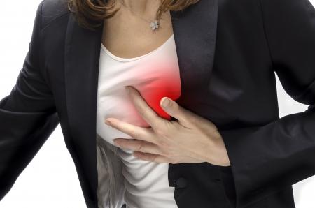 dolor de pecho: Mujer que tiene un ataque al coraz�n Foto de archivo