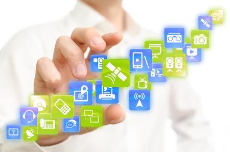 web application: Uomo che sceglie le applicazioni di comunicazione mobile