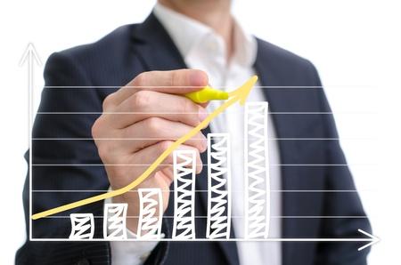 verhogen: Besparingen grafiek geschetst op een wit bord Stockfoto