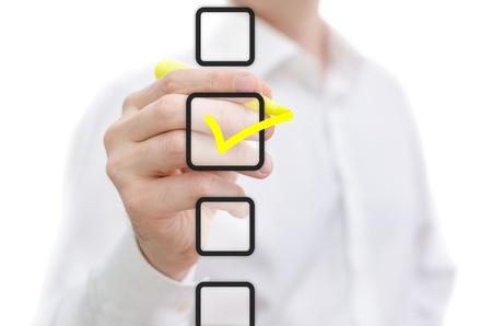 checkbox: Uomo selezionando la casella di controllo con indicatore giallo Archivio Fotografico