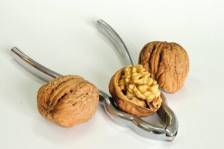 tenailles: pr�s de wallnut avec des pinces Banque d'images