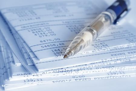 cuenta bancaria: Informes bancarios en hojas dobladas y la pluma Foto de archivo