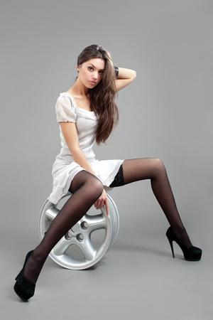 Modelo de moda de retrato de vestido gris Foto de archivo - 9465092