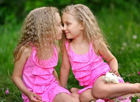 gemelas: Retrato de dos ni�as gemelas Foto de archivo
