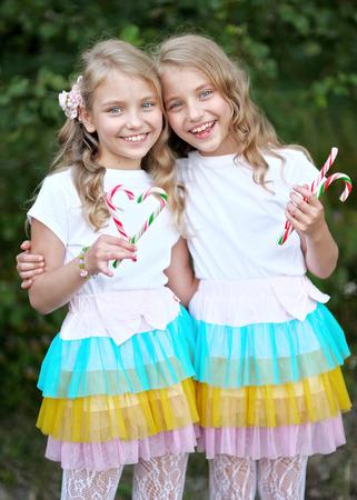 Retrato de dos gemelos de chicas beautifullittle Foto de archivo - 36562483