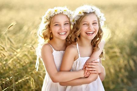 2 つの幼い双子の女の子の肖像画 写真素材