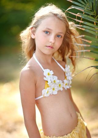 faldas: retrato de la ni�a en estilo tropical Foto de archivo